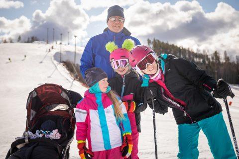 perhe laskettelemassa himos jämsässä