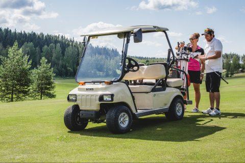 himos golf golfkärry ja ihmisiä viheriöllä