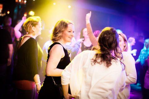 Naiset tanssimassa himos areenalla
