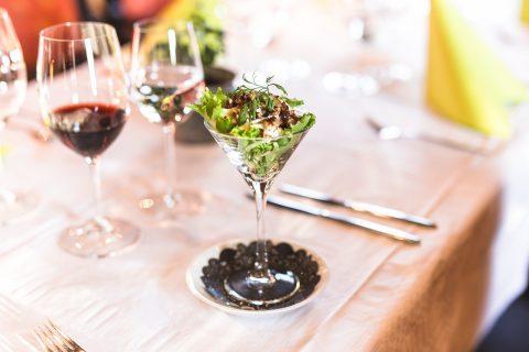 ravintola patapirtti upea jälkiruoka lasissa sekä viiniä
